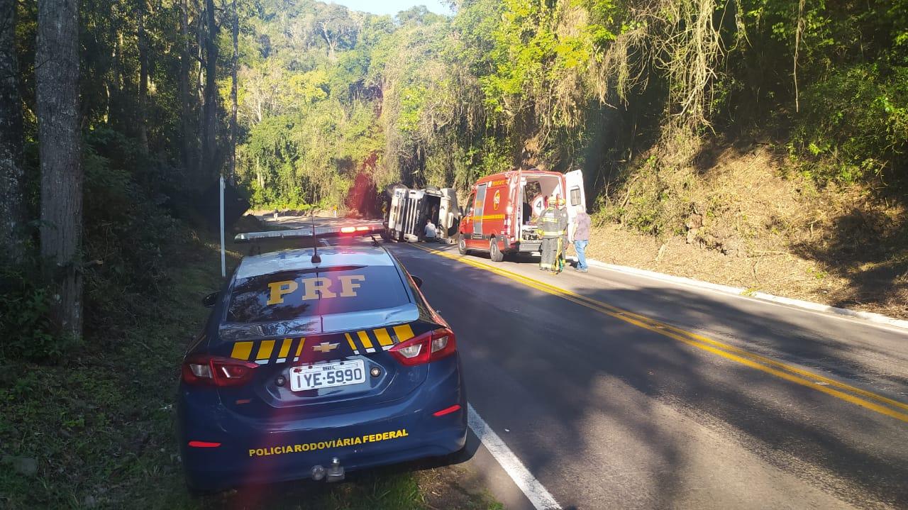 Motorista fica ferido em tombamento de caminhão na Serra das Antas, em Bento