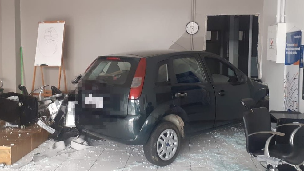 """Motorista perde controle de veículo e """"invade"""" estabelecimento em Bento"""