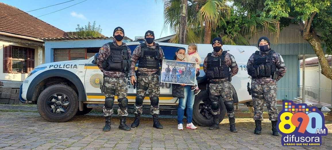 Brigada Militar faz surpresa para criança no bairro Maria Goretti, em Bento