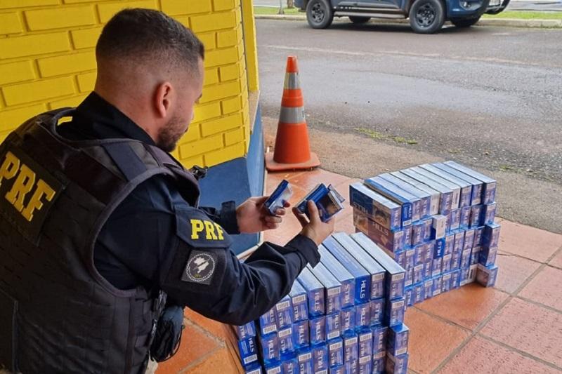 PRF apreende mil maços de cigarros contrabandeados em ônibus de excursão
