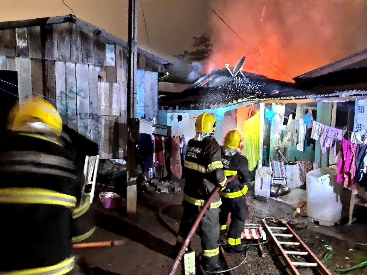 Bombeiros de Encantado combatem incêndio em residência na cidade de Muçum