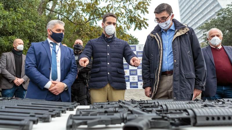 Governo entrega ônibus e armamentos para reforço do sistema prisional do RS