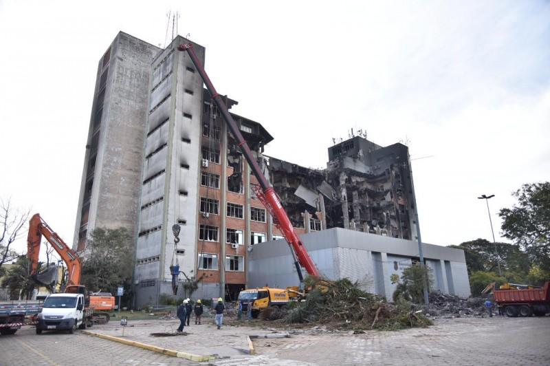Encontrado corpo de um dos bombeiros desaparecidos no prédio da SSP