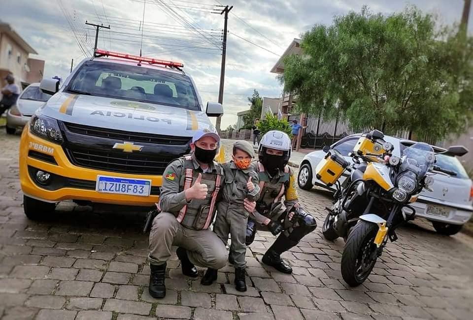 Policiais Militar do 3º BRBM comparecem em festa de criança admiradora da BM em Nova Prata