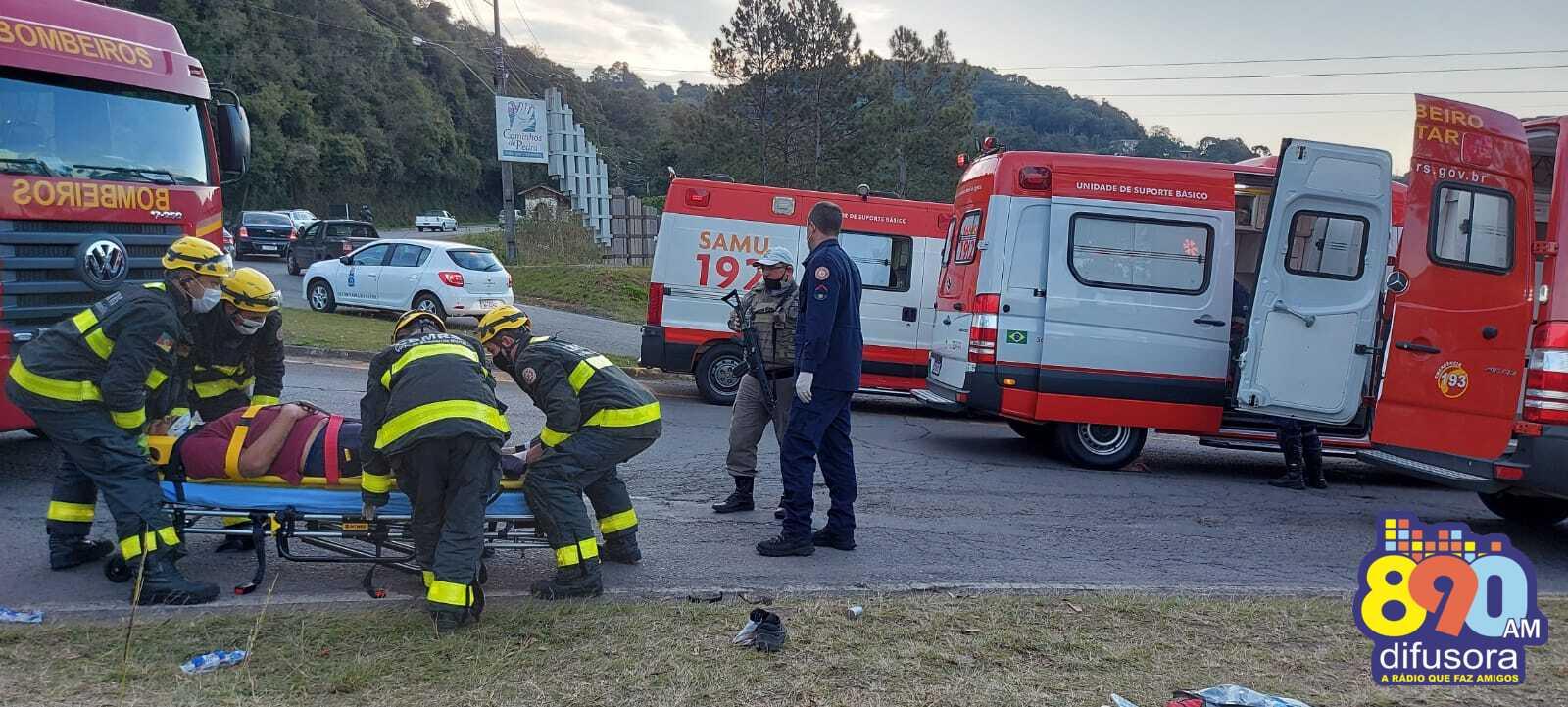 Caminhão tomba e deixa três feridos no acesso da estrada Barracão, em Bento