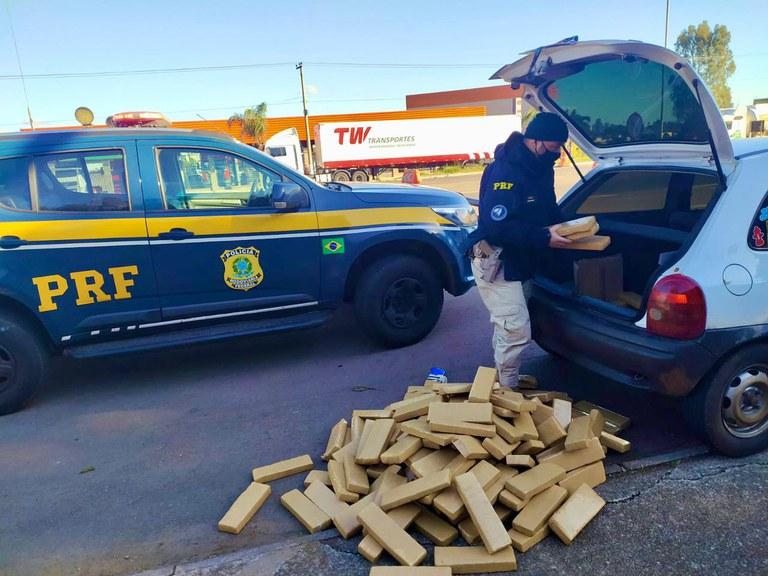 PRF prende detento descumprindo prisão domiciliar com quase 150 quilos de maconha