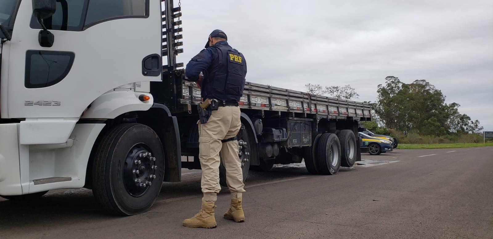 PRF recupera carga de tubos de esgoto furtada e prende dois homens