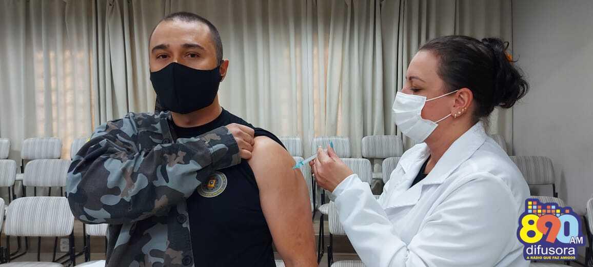 Bento: agentes das forças de segurança recebem a segunda dose da vacina contra a COVID-19