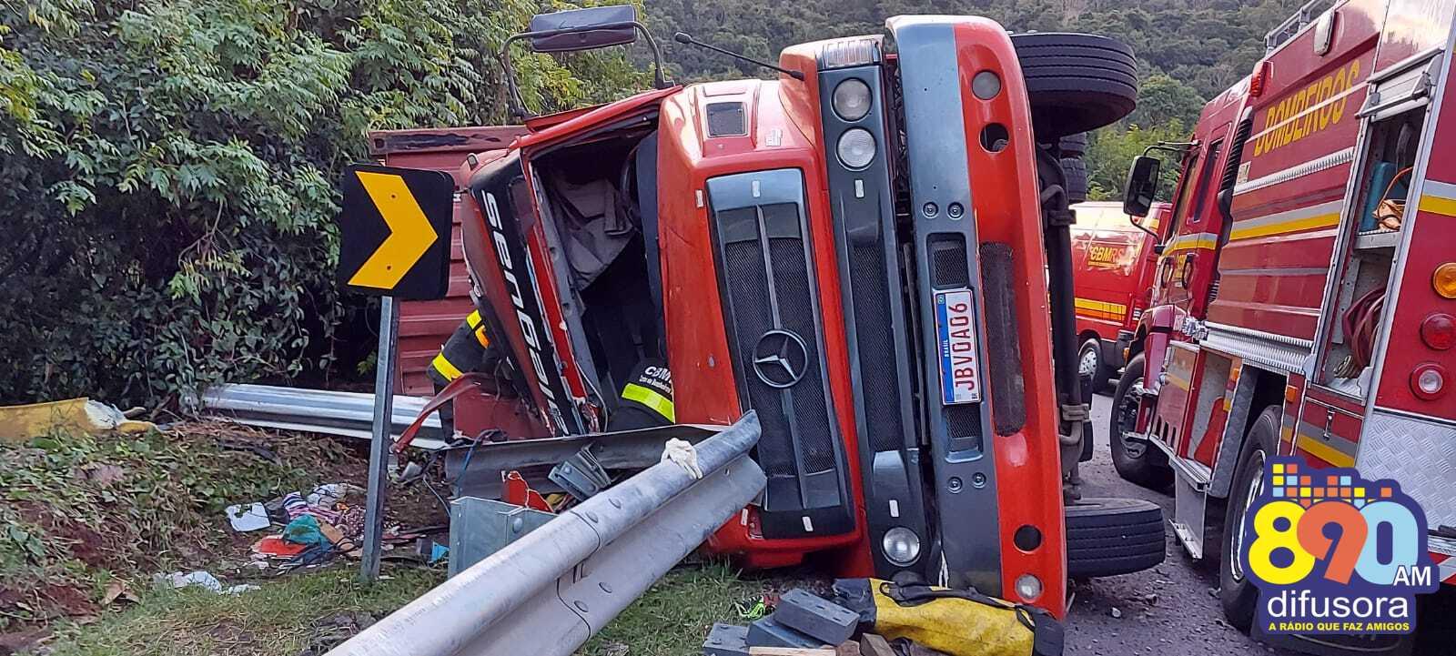 Homem fica ferido após tombar caminhão na BR-470, em Bento