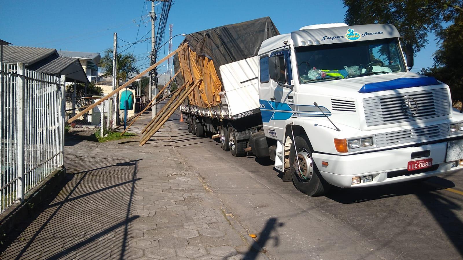 Carreta bloqueia trânsito no Vila Nova, em Bento