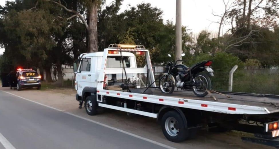 PRF prende motociclista disputando racha e fazendo malabarismo em Rio Grande