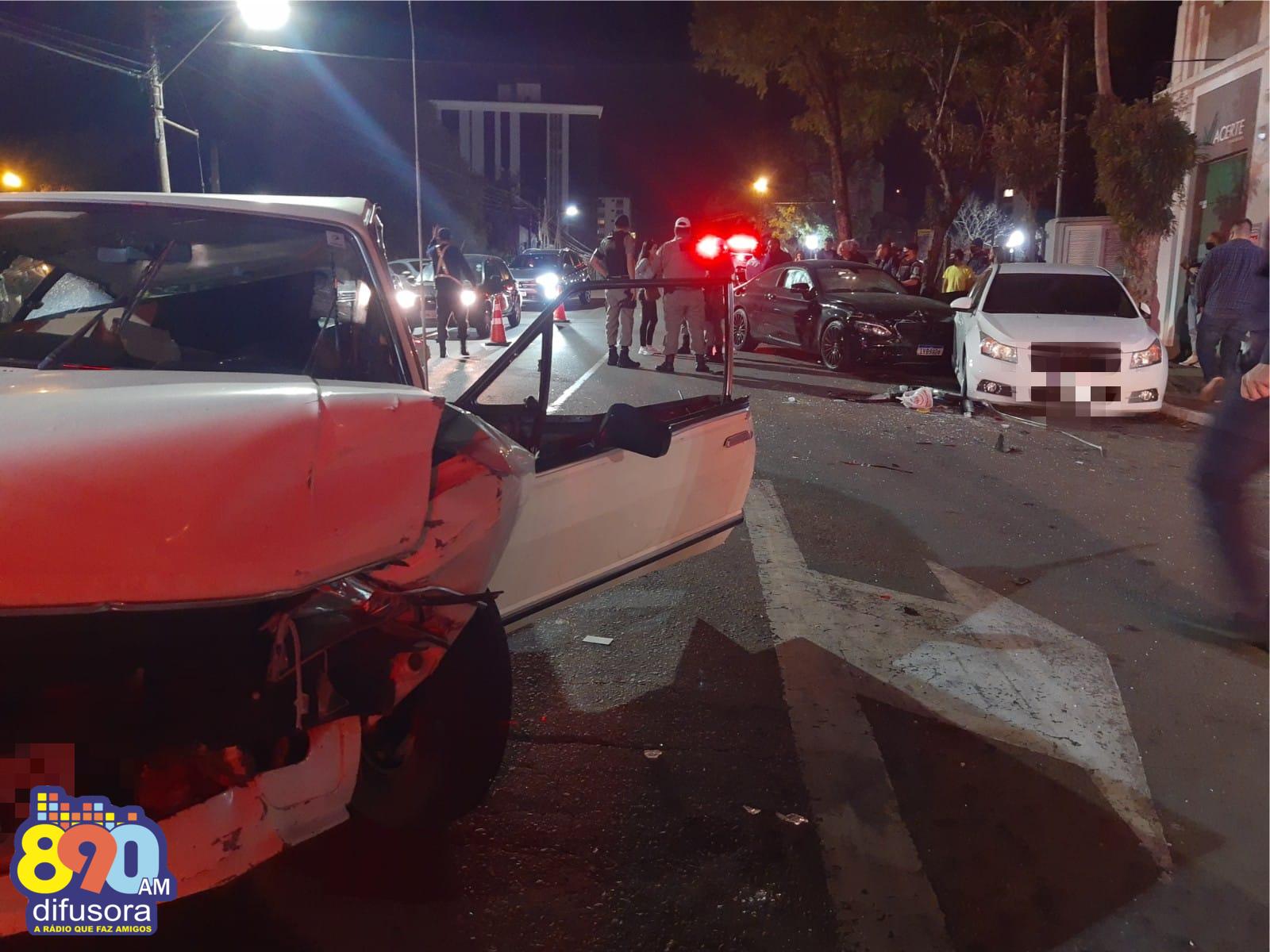 Acidente envolvendo três veículos deixa uma pessoa ferida no Cidade alta, em Bento