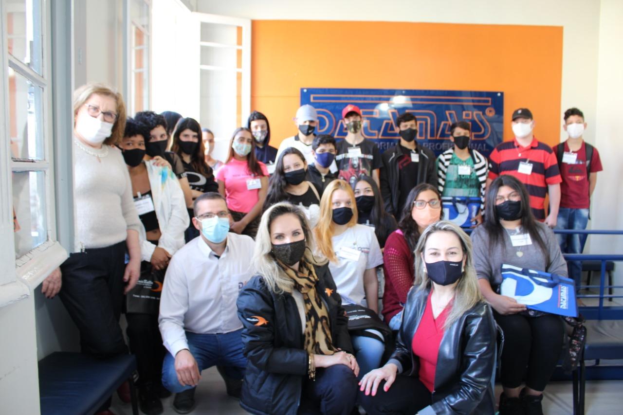 Projeto Transformando Vidas: jovens iniciam aulas de informática e beleza e saúde
