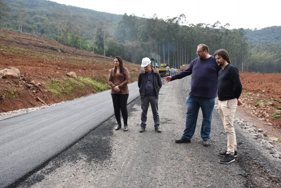 Mais um trecho da estrada que liga Cotiporã a Dois Lajeados recebe pavimentação asfáltica