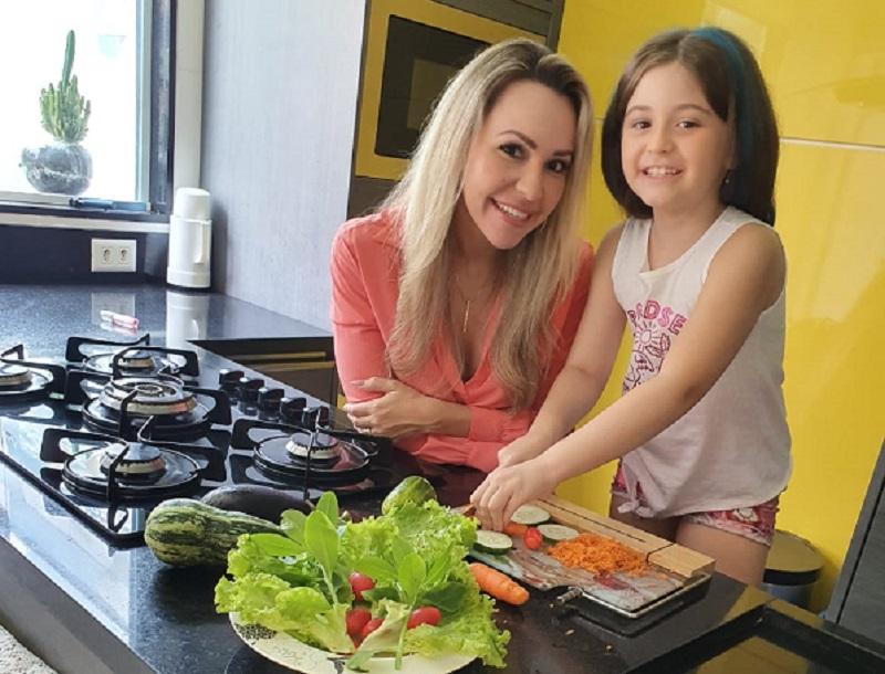 """Nutricionista dá dicas para facilitar a introdução alimentar dos pequenos: """"descascar mais e desembalar menos"""""""