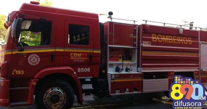 Extintor impede danos maiores em princípio de incêndio em veículo no centro de Bento