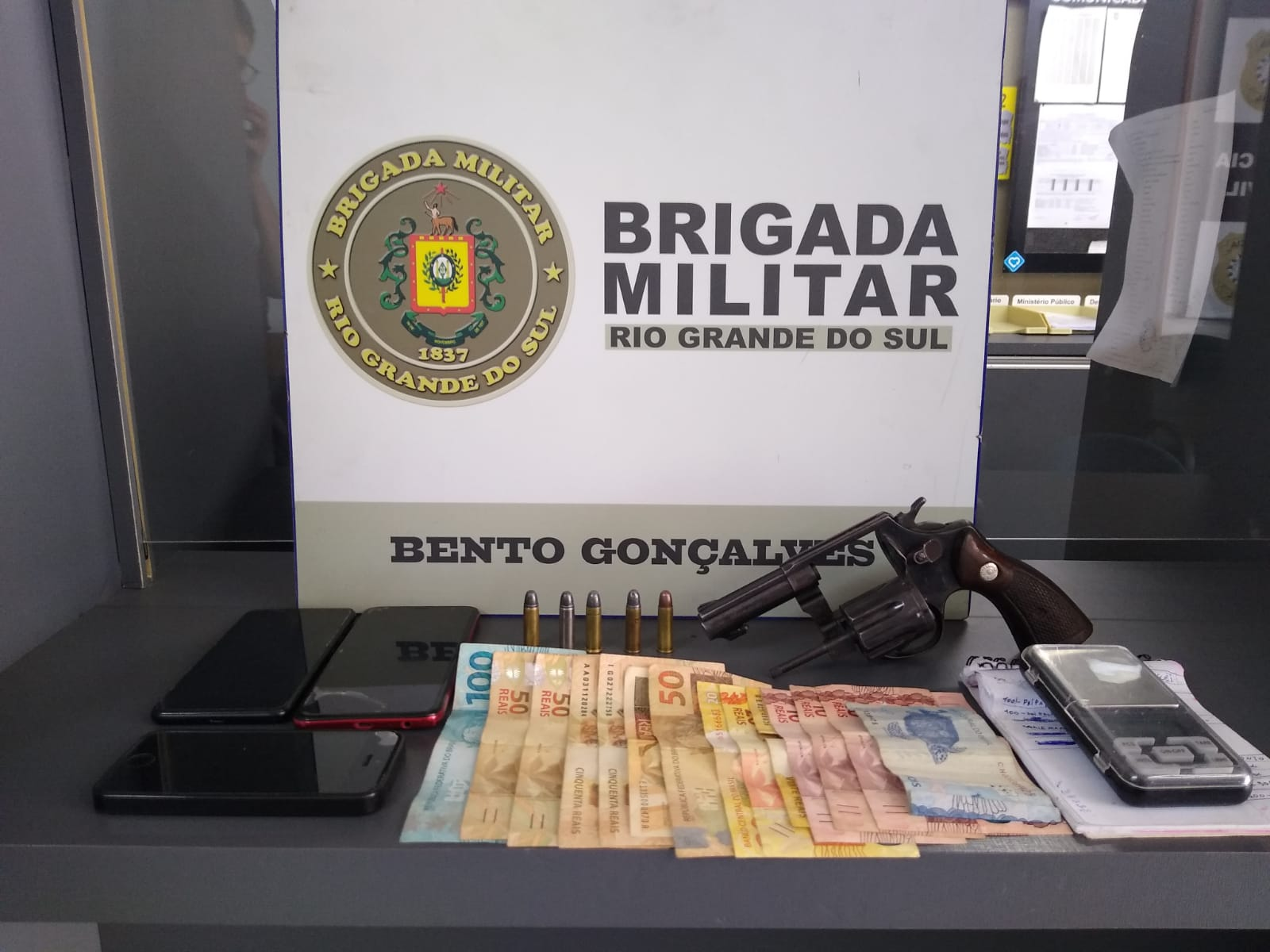 Brigada Militar prende dupla após roubo a estabelecimento comercial no Maria Goretti, em Bento