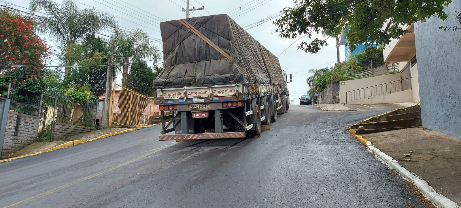 Caminhão não consegue subir a Rua Mário Morassutti no Borgo, em Bento