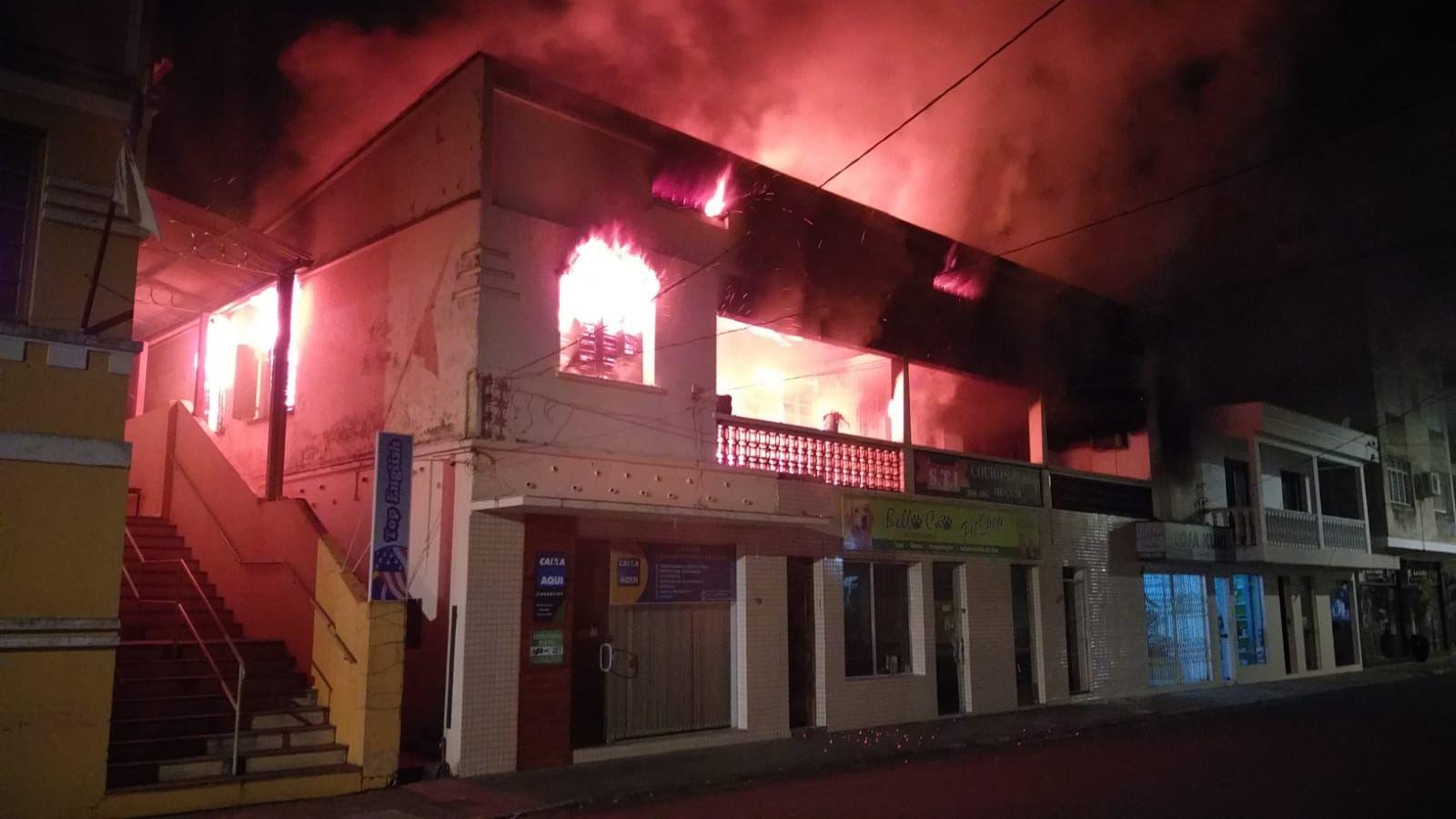 Bombeiros de Encantado combatem incêndio na cidade de Muçum