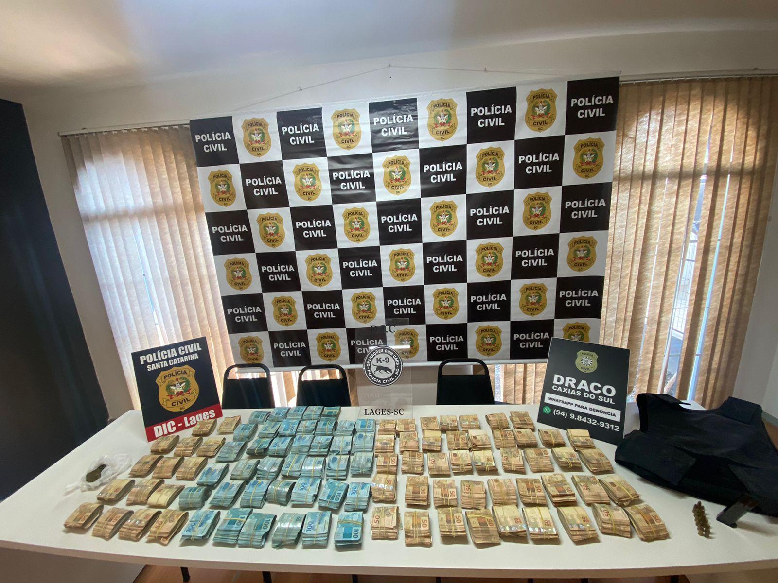 Três pessoas são presas e R$ 800 mil é apreendido em operação da DRACO com apoio da Polícia Civil de SC