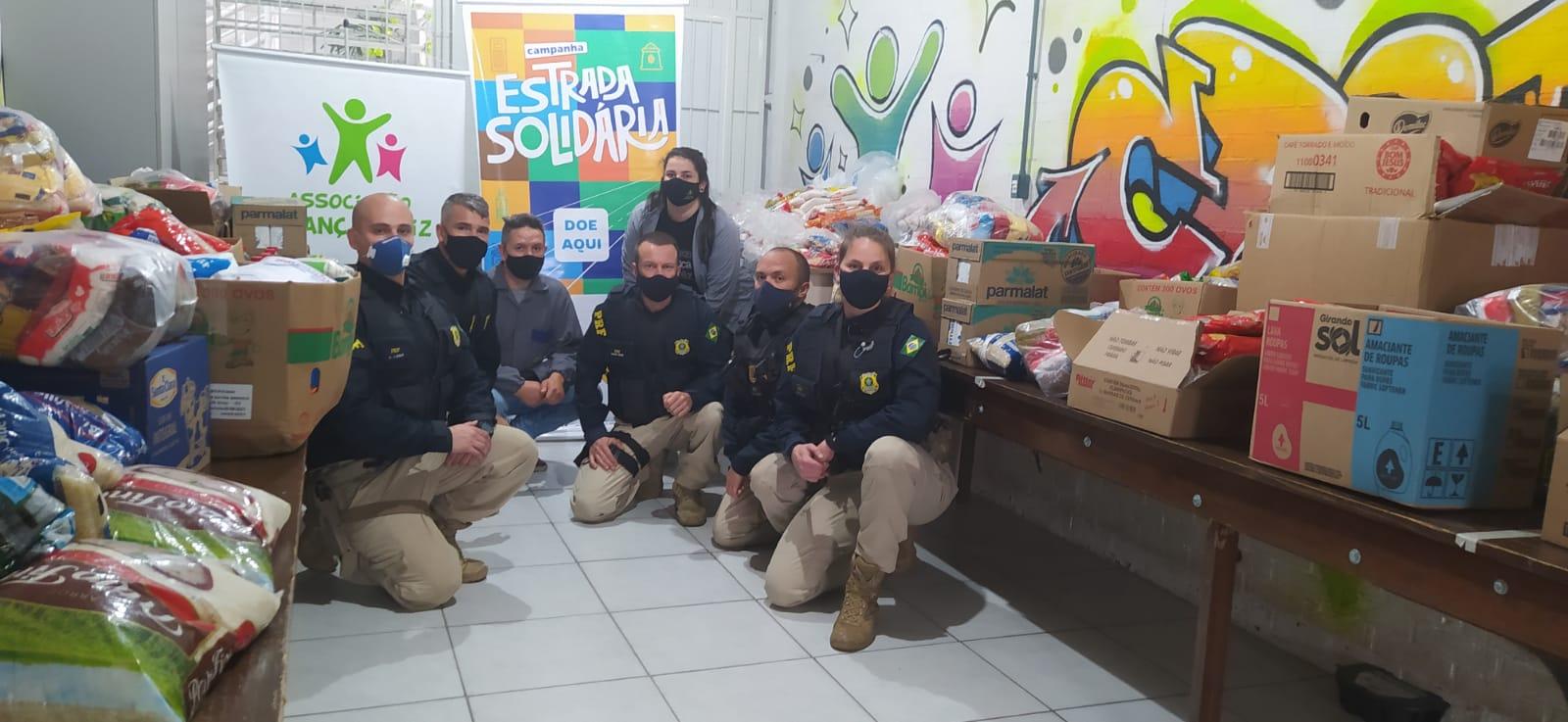 PRF de Caxias do Sul entrega mantimentos arrecadados na campanha Estrada Solidária