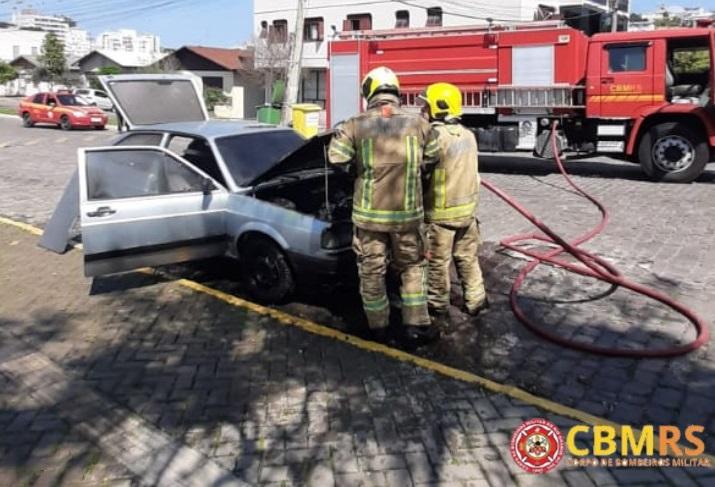 Bombeiros combatem incêndio em veículo em Veranópolis