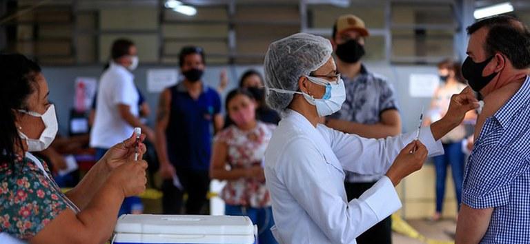 Brasil ultrapassa marca de 50% da população adulta protegida com as duas doses ou dose única da vacina Covid-19