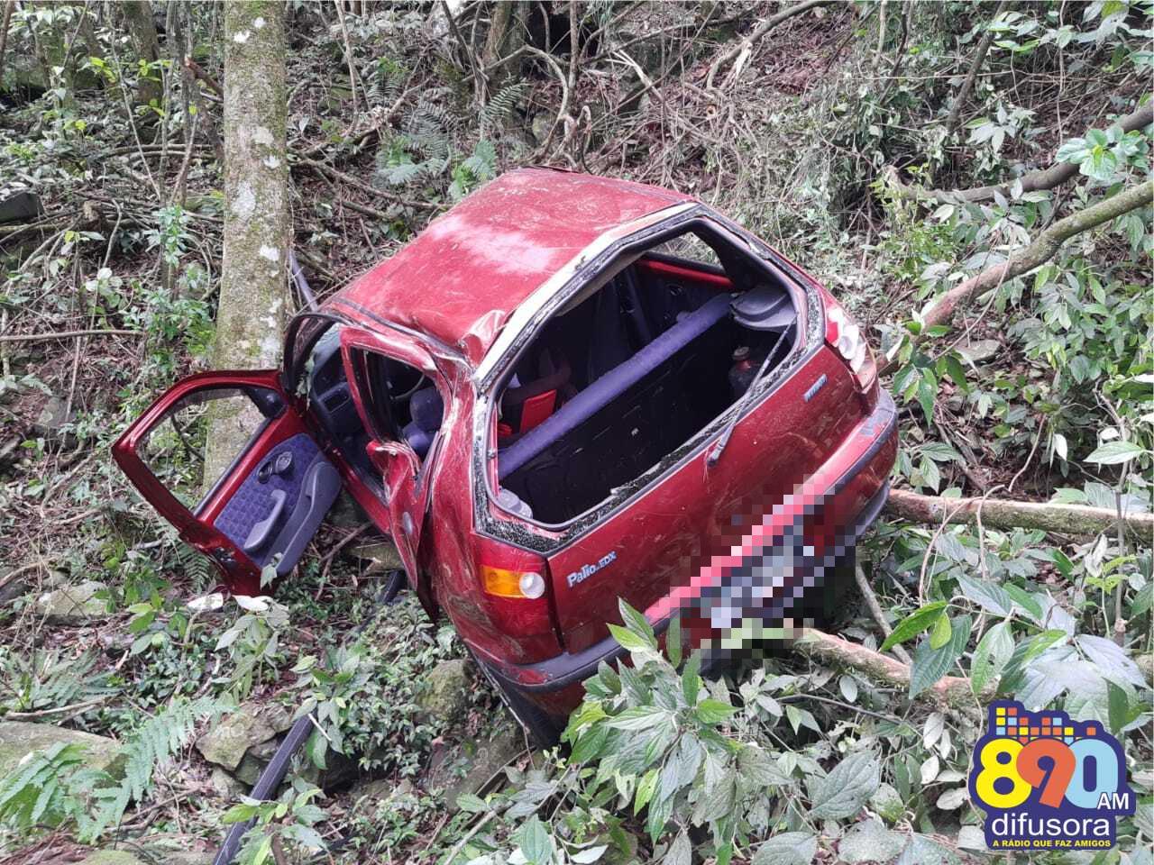 Homem fica levemente ferido após carro cair em ribanceira na BR-470, em Bento