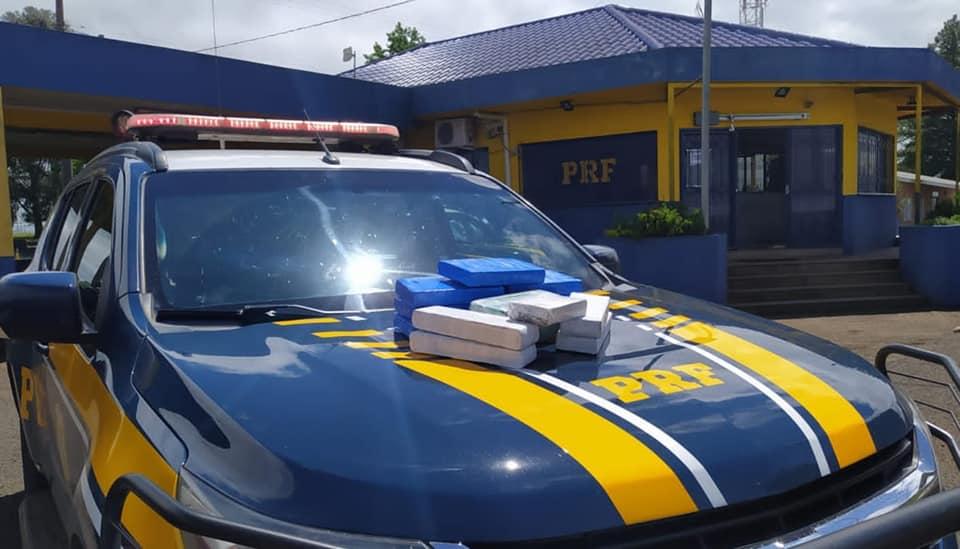 PRF prende casal com 12 quilos de drogas escondidas no painel do carro