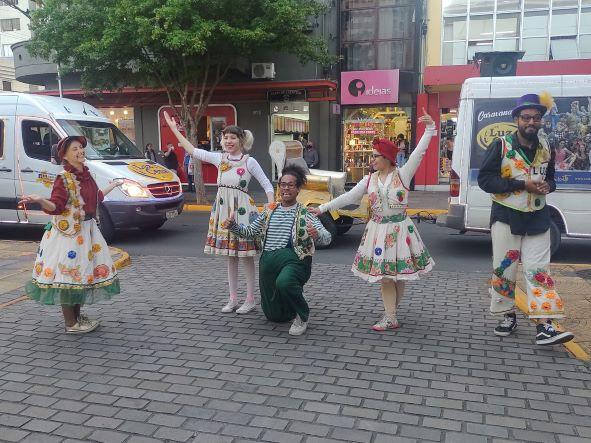 Teatro a domicílio é realizado nas ruas de Bento até 29 de outubro