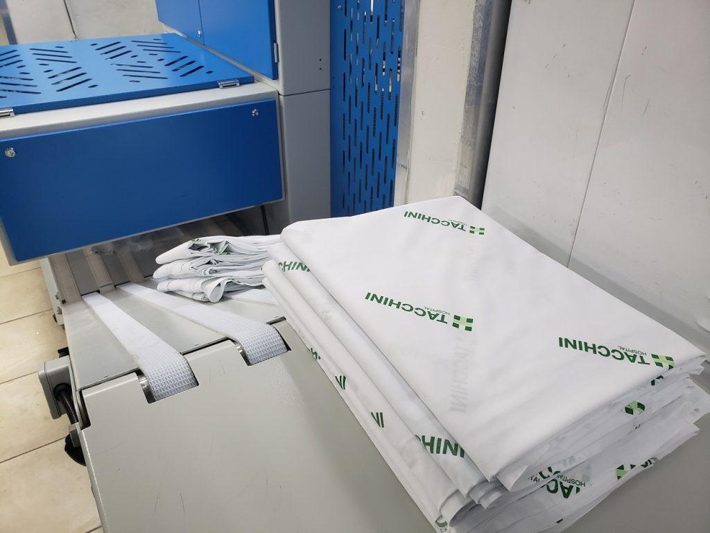 Tacchini adquire máquina para passar e dobrar lençóis e roupas